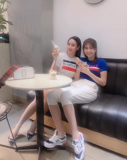 Ngọc Trinh diện đồ thể thao giản dị đi ăn kem cùng cô em thân thiết là Helen Thanh Thảo.