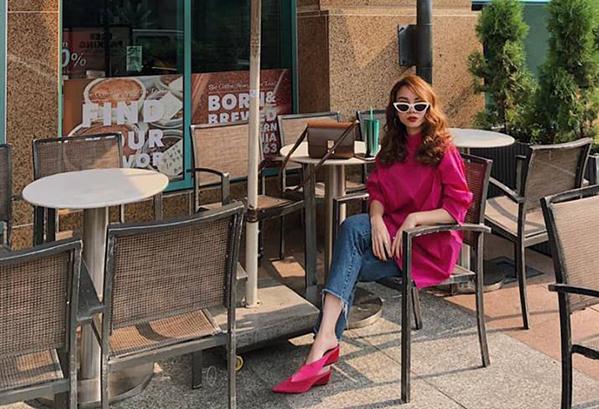 Yến Trang diện cây hồng sang chảnh đi uống cà phê cuối tuần.