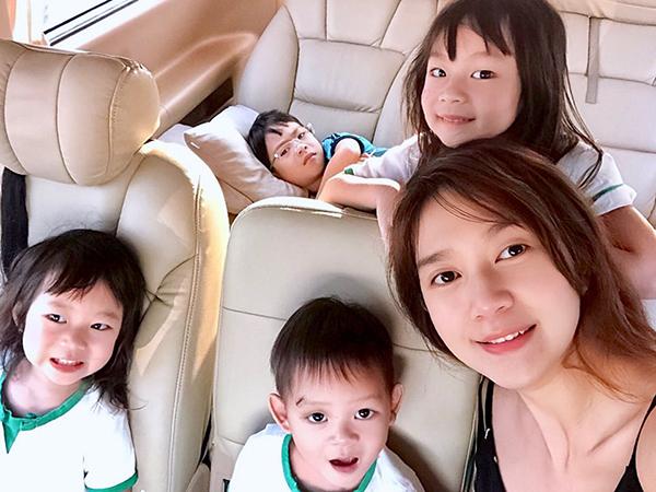 Minh Hà một tay chăm bốn nhóc tì, chẳng cần trang điểm mà vẫn giữ được vẻ trẻ trung, xinh đẹp.