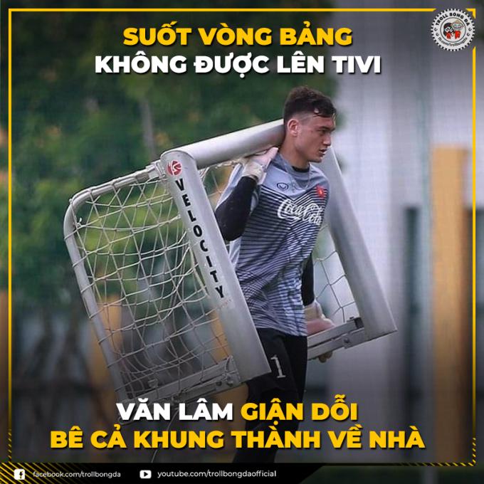 """<p> Văn Lâm dỗi hờn vì suốt vòng bảng đều bị máy quay """"bơ đẹp"""".</p>"""