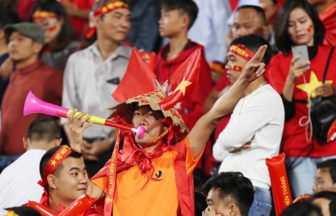 <p> CĐV này đội nón lá cách điệu có dán cờ đỏ sao vàng, khoác cờ và thổi kèn tiếp lửa cho tuyển Việt Nam. Khi được quay lại với một trận đấu lớn như hôm nay sau ngần ấy thời gian, nhiều CĐV không khỏi giấu được sự bồi hồi.</p>