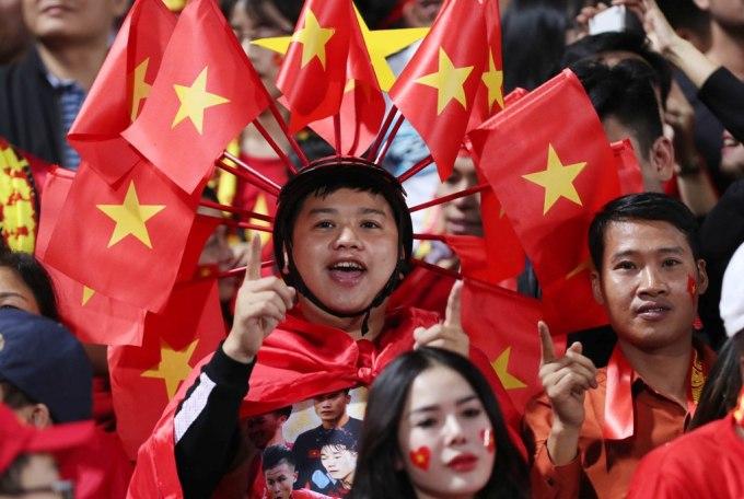 """<p> Đã từ rất lâu rồi, sân Hàng Đẫy mới ngập tràn sắc đỏ như hôm nay. Nơi đây có sức chứa khoảng 3 vạn chỗ ngồi. Địa điểm này từng chứng kiến những chuyển mình có tính bước ngoặt của tuyển bóng đá Việt Nam. Hàng Đẫy từng được gọi là """"chảo lửa"""" của Đông Nam Á với những trận đấu kinh điển.</p>"""