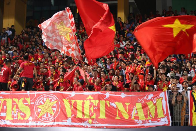 <p> Đội tuyển Việt Nam bước vào trận đấu cuối cùng vòng bảng tại AFF Cup 2018 gặp đối thủ Campuchia vào 19h30 tối nay (24/11) trên SVĐ Hàng Đẫy (Hà Nội). Hàng nghìn cổ động viên đang có mặt tại khán đài B để cổ vũ cho tuyển Việt Nam thi đấu.</p>