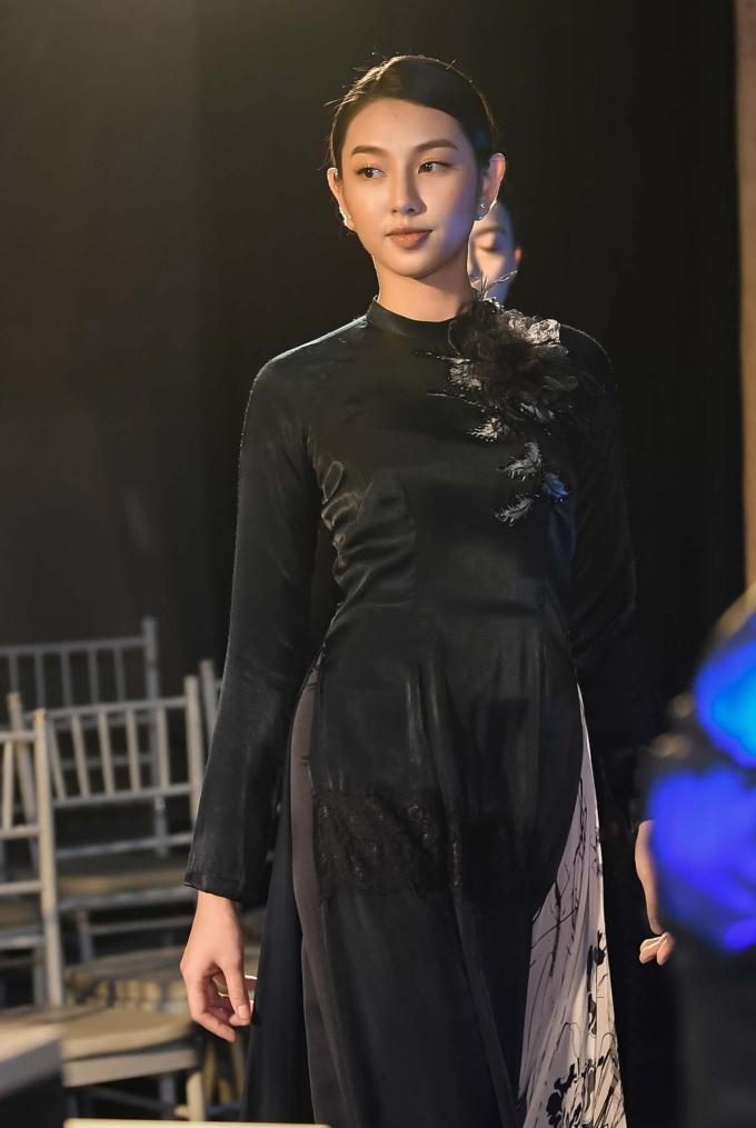 <p> Người đẹp Thùy Tiên trong bộ áo dài đen.</p>