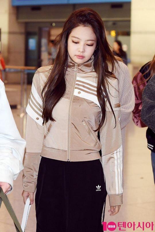 Jennie luôn là thành viên có phong cách cá tính nhất nhóm. Trang phục thể thao được lòng nhiều idol bởi tính tiện dụng, sành điệu. Năm 2018, đồ thể thao được nhiều sao lựa chọn khi ra sân bay.