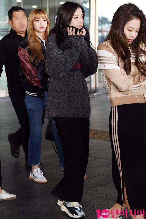 Ji Soo đã mặc áo len cao cổ vẫn bị bất ngờ với cái lạnh khi về Hàn.