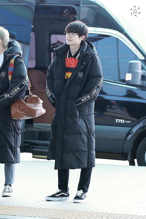 Kiểu áo phao dáng dài không thời trang nhưng được người Hàn ưa chuộng vì giữ ấm tốt. Chan Yeol cute hết cỡ khi đeo kính.