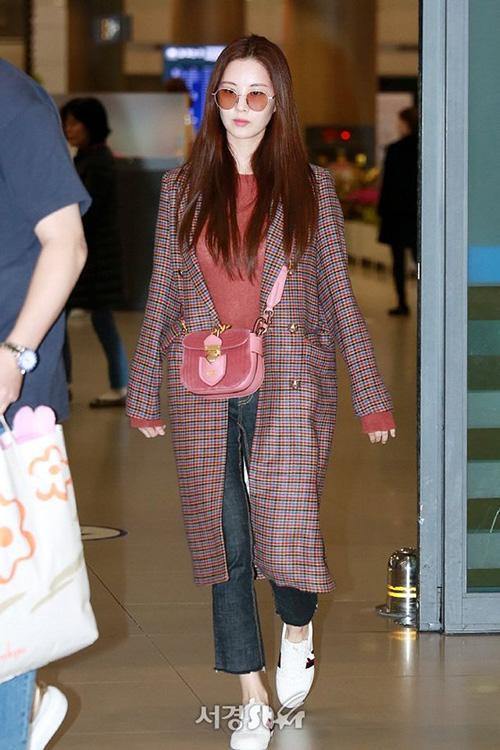 Cách phối hợp màu sắc được coi là điểm nhấn trong phong cách của Seo Hyun. Cô nàng chú ý chọn túi xách sao cho ăn ý với màu của áo khoác. Tông màu cam đỏ mang lại cảm giác ấm áp, trẻ trung cho người mặc.