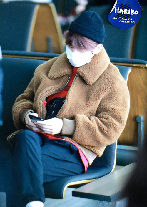 Baek Hyun giữ ấm với áo khoác bông, mũ beanie. Anh chàng không khoe mặt vẫn khiến các fan xuýt xoa vì vẻ dễ thương.