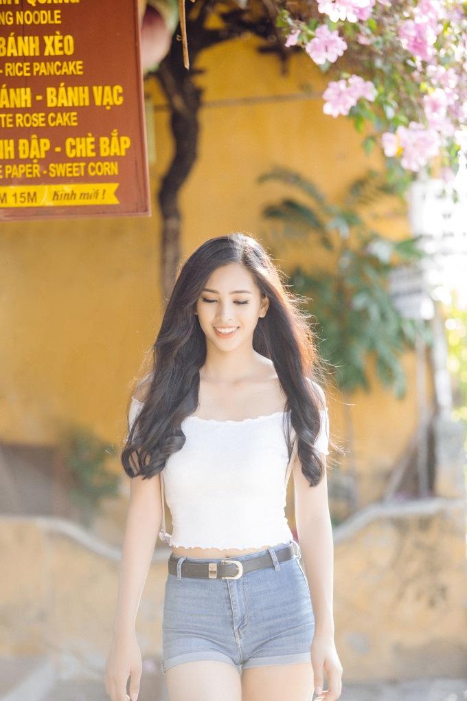 <p> Tiểu Vy chọn diện quần short jean, áo crop top khoe eo thon của một 10x trẻ trung.</p>