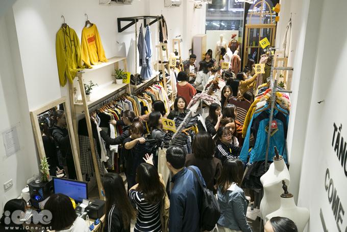 <p> Nếu như các trung tâm thương mại có mức giá sale lên đến 50%++ thì tại các cửa hàng bán lẻ quần áo, mỹ phẩm lại khuyến mãi khá nhẹ, từ 5% - 10% nhưng vẫn thu hút rất đông người mua, đặc biệt là giới trẻ.</p>