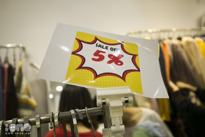 Hiệu ứng Black Friday: Sale 5-10%, người mua vẫn chen lấn