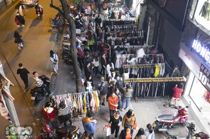 <p> Thay vì vào các trung tâm thương mại, nhiều bạn trẻ shopping tại các cửa hàng trên phố.Tại đường Thái Hà, chùa Bộc, Hà Nội vào 10 giờ tối 23/11, lượng người mua hàng vẫn không có dấu hiệu giảm nhiệt. Nhiều cửa hàng phải bố trí nhân viên đứng ở ngoài để thông báo đã đóng cửa, ngừng đón khách.</p>
