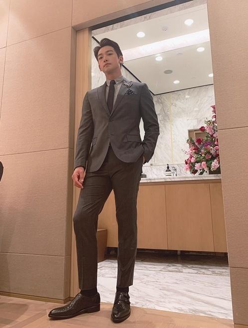 Bi (Rain) khoe dáng chuẩn mẫu trong bộ vest lịch lãm.
