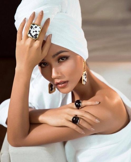 HHen Niê gợi cảm khó cưỡng trong buổi chụp hình chuẩn bị cho hành trình tại Miss Universe sắp tới.
