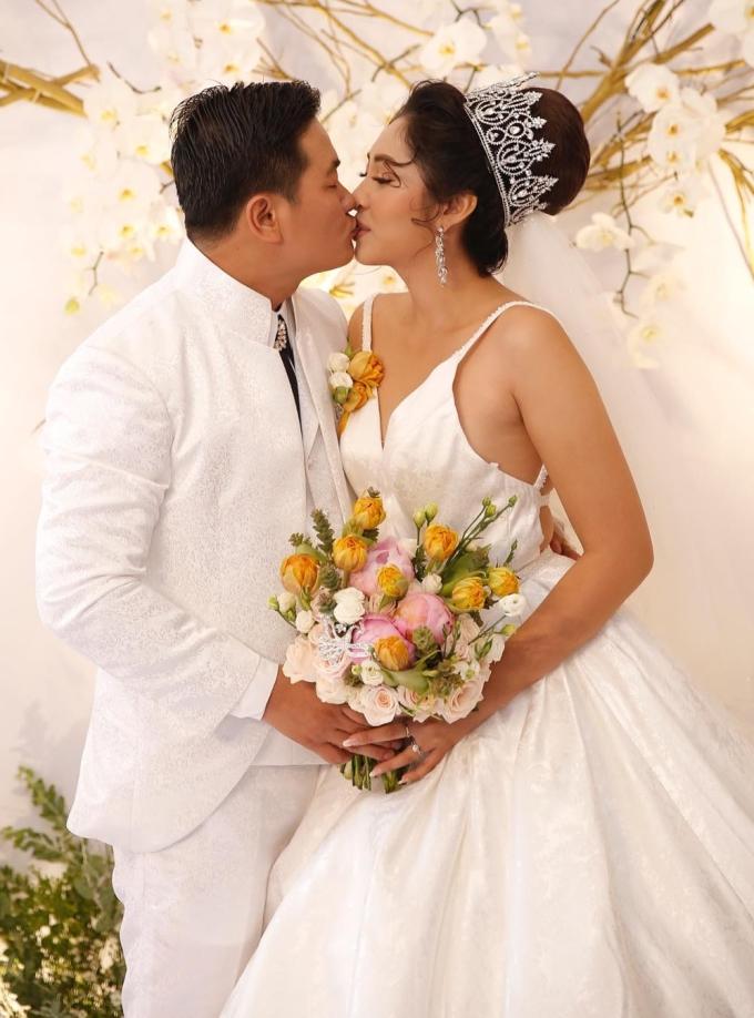 <p> Trước nhiều quan khách, cả hai không ngại trao nhau nụ hôn ngọt ngào.</p>