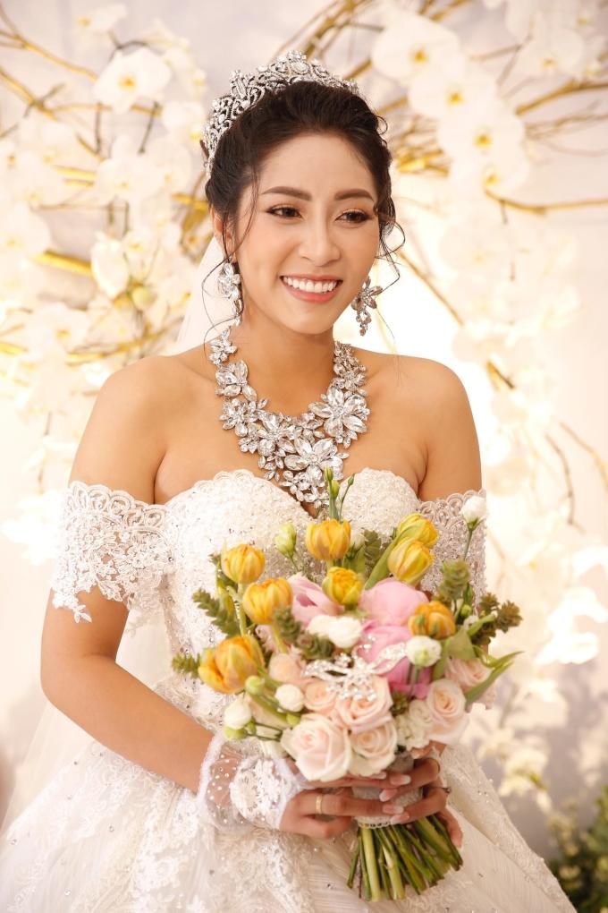<p> Thu Thảo sau đó thay một bộ váy cưới kiểu công chúa, khoe vai trần. Người đẹp luôn nở nụ cười hạnh phúc trong ngày trọng đại của cuộc đời.</p>