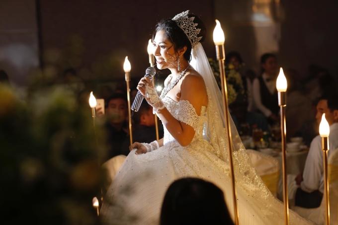 Cô dâu Thu Thảo xuất hiện xinh đẹp trước đông đảo khách mời.