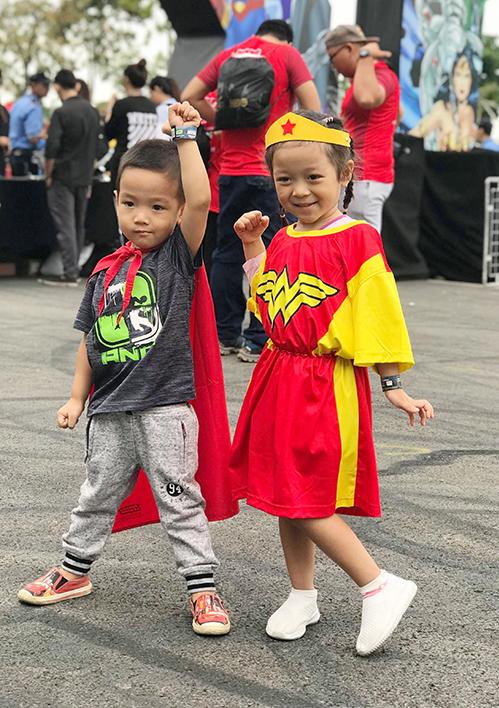 Nhiều em nhỏ cũng được bố mẹ dẫn tham gia vào lễ hội.