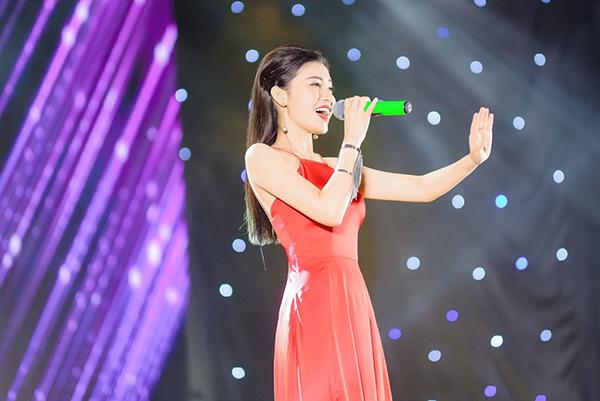 Ngọc Anh gửi tới thầy cô và các bạn sinh viên với ca khúc Khúc ca yêu cuộc đời.