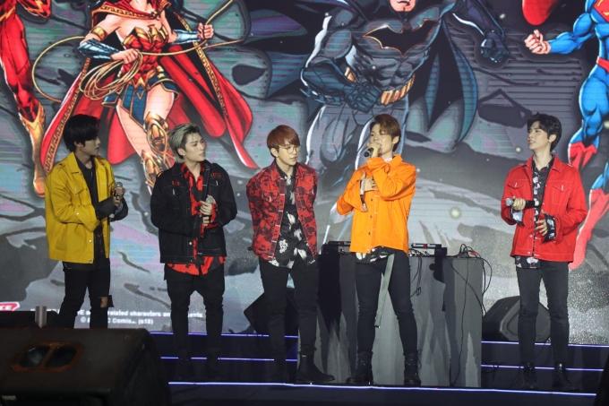 """<p> Nhóm nhạc Uni5 có màn """"đốt cháy"""" sân khấu với bản hit """"Sai"""". Với phần trình diễn sôi động cùng vũ đạo điêu luyện, các thành viên điển trai lần lượt """"đốn tim"""" fan với những biểu cảm đáng yêu.</p>"""