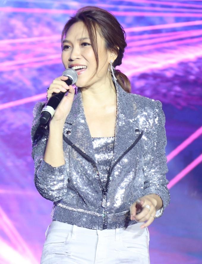 <p> Nữ ca sĩ xuất hiện với trang phục đơn giản nhưng không kém phần xinh đẹp.</p>