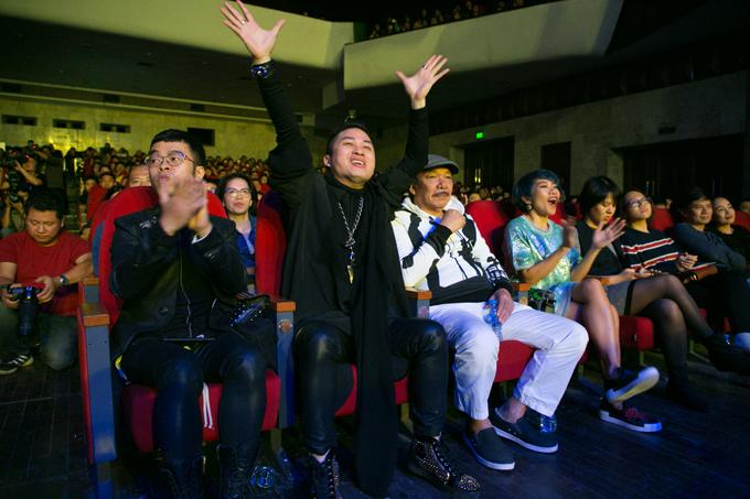 """<p> Ngồi dưới hàng ghế khán giả, ca sĩ Tùng Dương nhận xét âm nhạc của Ngọt tràn đầy mộng mơ, đam mê và một chút """"ngông"""" của tuổi trẻ.</p>"""