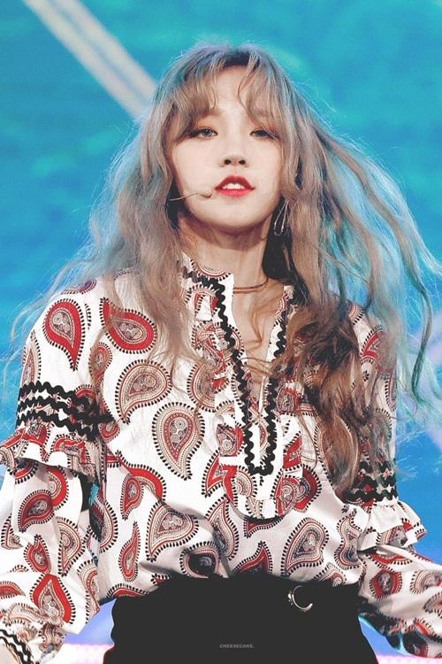 Mới đây, các fan Kpop đã phát hiện ra một nữ idol thế hệ mới sở hữu nhan sắc cùng thần thái xuất sắc khi nhuộm tóc vàng. Đó chính là Yuqi, thành viên của nhóm nhạc tân binh (G)I-DLE.
