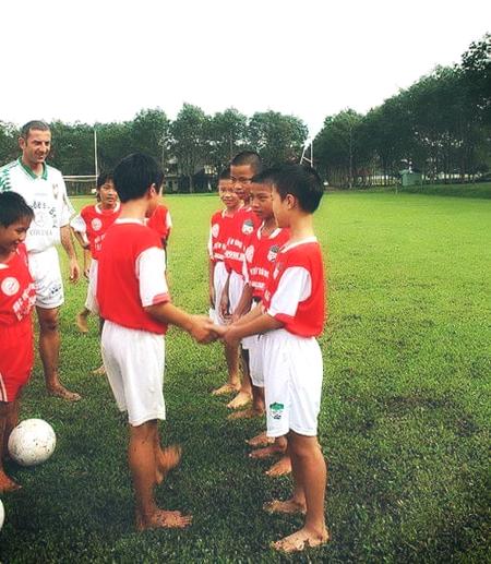 Hai tiền đạo của đội tuyển Việt Nam là bạn chí cốt trong màu áo Hoàng Anh Gia Lai, đã sát cánh bên nhau từ khi cùng sinh hoạt ở lò đào tạo trẻ phố núi. Trong ảnh, Công Phượng bắt tay từng người bạn của mình, trong đó Văn Toàn đứng ở đầu hàng ngoài cùng bên tay phải.
