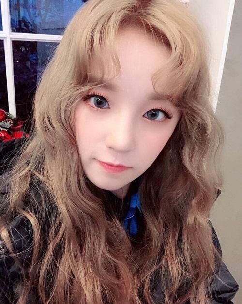 Yuqi sinh năm 1999 tại Bắc Kinh, cô là người Trung Quốc và bắt đầu thực tập tại Cube Entertainment từ năm 2014.