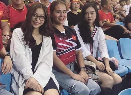 Nhiều người lật tìm mọi ngóc ngách trên mạng xã hội phát hiện, cô gái này (ngoài cùng bên phải) từng xuất hiện chung với quản lý của Đức Chinh và bạn gái Quang Hải trên khán đài một trận đấu cổ vũ cho tuyển Việt Nam. Dù người trong cuộc không lên tiếng xác nhận nhưng nhiều fan tin rằng cô gái này là bạn gái của tiền đạo sinh năm 1997.