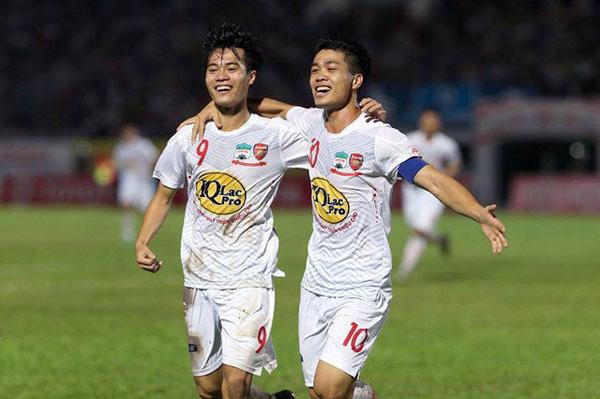 Tình bạn của Công Phượng và Văn Toàn vốn được nhiều người biết đến. Khi chơi cho giải V-League trong màu áo CLB HAGL, bộ đôi luôn chứng tỏ được là những trụ cột của đội bóng phố núi dù tuổi đời còn rất trẻ. Cặp tiền đạo sau đóđã sát cánhcùng nhau chơi cho giải U19, U23 rồi Đội tuyển Quốc gia với những màn trình diễn xuất sắc.
