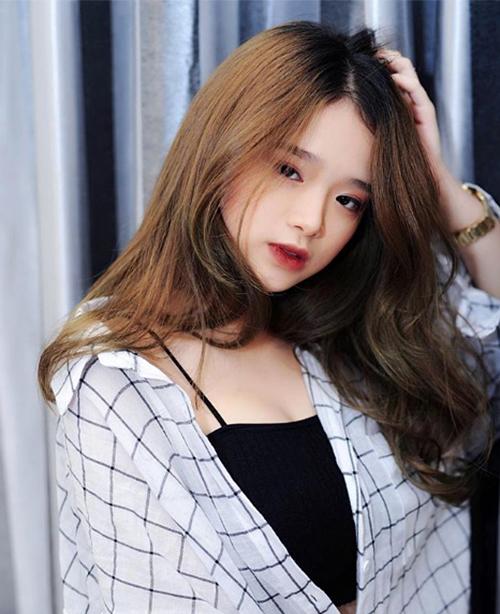 Mới chỉ 16 tuổi nhưng Linh Ka đã có phong cách ăn mặc, trang điểm gợi cảm. Cô nàng thường xuyên bị nhận xét là già dặn với lối kẻ vẽ gương mặt quá đậm đà.