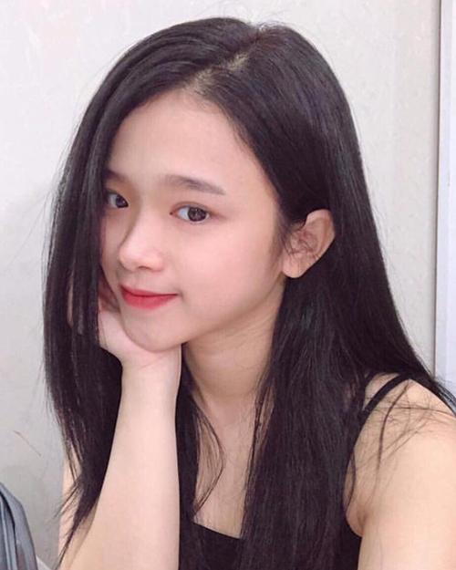 Với gương mặt mộc thu hút, Linh Ka chỉ cần tô chút son môi hồng là đã đủ xinh xắn.