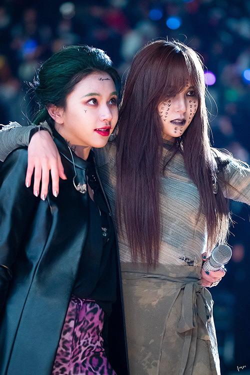 Tạo hình ấn tượng của Twice trong sự kiện.