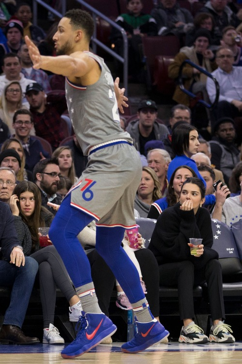 Kendall trên khán đài theo dõi Ben Simmons trong trận thua đội  Cleveland Cavaliers ngày 23/11.