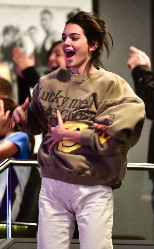 Niềm vui của Kendall khi đội bóng của Ben Simmons giành chiến thắng.