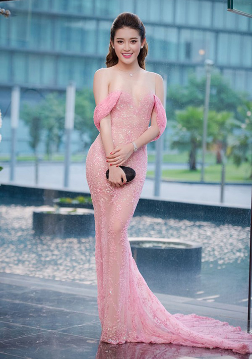 Việc sử dụng vải xuyên thấu có màu tương đồng với da thật là chiêu quen thuộc của các nhà thiết kế để giúp mỹ nhân Việt trông gợi cảm đầy tinh tế. Huyền My cũng từng khiến nhiều người hiểu lầm mặc một chiếc váy trễ nải như sắp tuột.