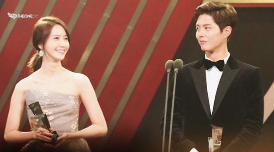 Yoon Ah và Park Bo Gum là cặp đôi nhan sắc được các fan gán ghép nhiệt tình. Mỗi lần tham dự lễ trao giải, hai ngôi sao luôn lọt top tìm kiếm vì quá đẹp đôi bên nhau.