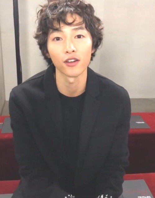 Một số bình luận trên Nate: Mái tóc này không hợp với cậu đâu Joong Ki à; Chuyện gì đã xảy ra với tóc tai của Song Joong Ki và Park Bo Gum gần đây vậy? Họ cùng một công ty quản lý mà, cần thay stylist gấp; Anh ấy trông cũng gầy gò hơn hẳn kể từ khi kết hôn...