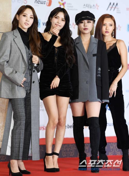 4 cô gái cá tính MAMAMOO. Thành viên Moon Byul gây chú ý với chiếc áo vest có thiết kế độc đáo.