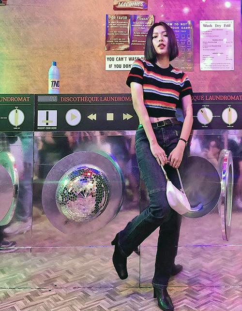 Chiếc croptop màu sắc được Tú Hảo kết hợp cùng quần jeans ống đứng mang đến bộ cánh lấy cảm hứng năm 2000 cực chuẩn.