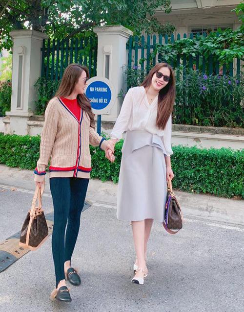 Cặp chị em thân thiết Quế Vân - Nam Em tung tăng đi chơi rất vui vẻ.