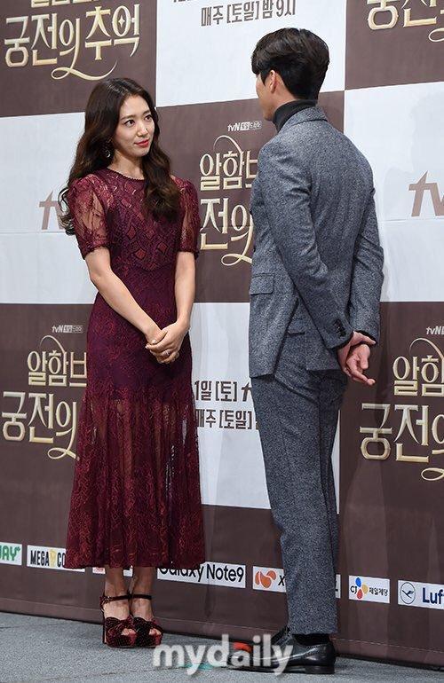Sự kết hợp của Hyun Bin và Park Shin Hye được dự đoán sẽ tạo nên cặp đôi màn ảnh hot xình xịch của Kdrama. Cả hai đẹp đôi về ngoại hình và cũng có nhiều tương tác ăn ý trong buổi họp báo.
