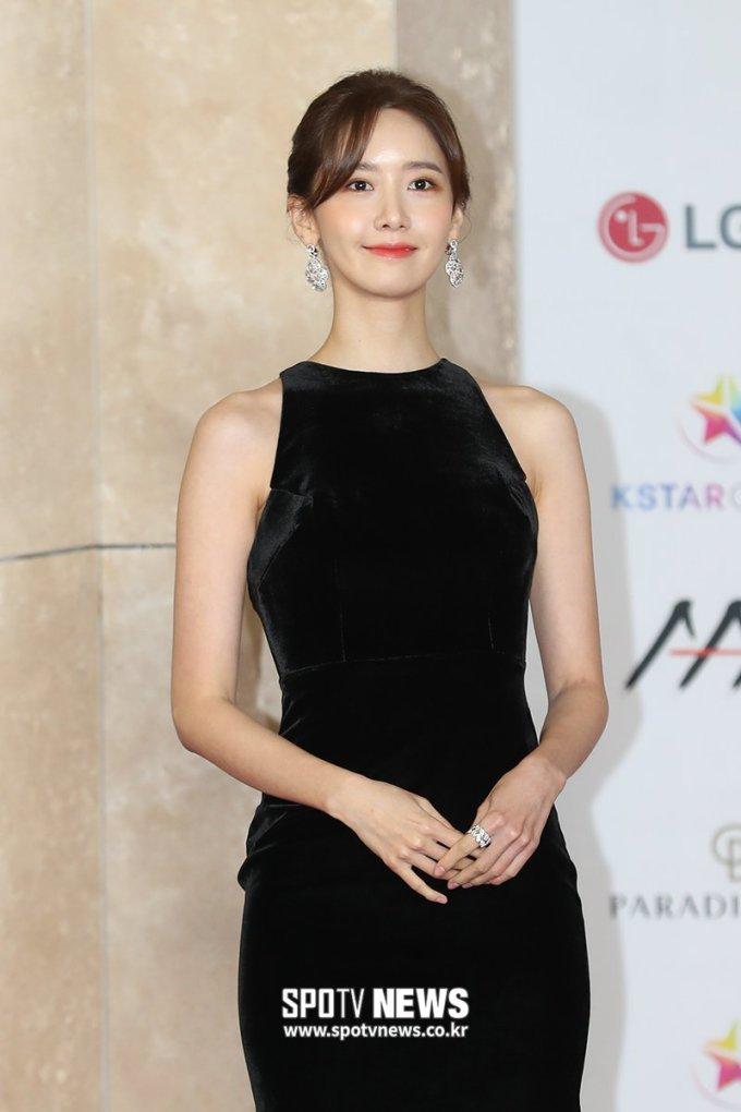<p> Để kiểu tóc đơn giản cùng bộ váy đen ôm sát, Yoon Ah gây ấn tượng về một vẻ đẹp chín chắn, nền nã.</p>