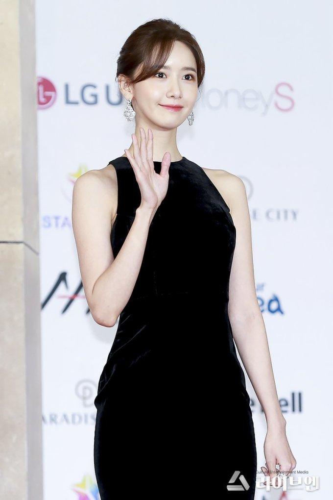 """<p> Yoon Ah có làn da căng bóng trắng mịn đáng ghen tỵ. """"Cô ấy như một nữ hoàng trên thảm đỏ vậy"""", fan bình luận trên Naver.</p>"""