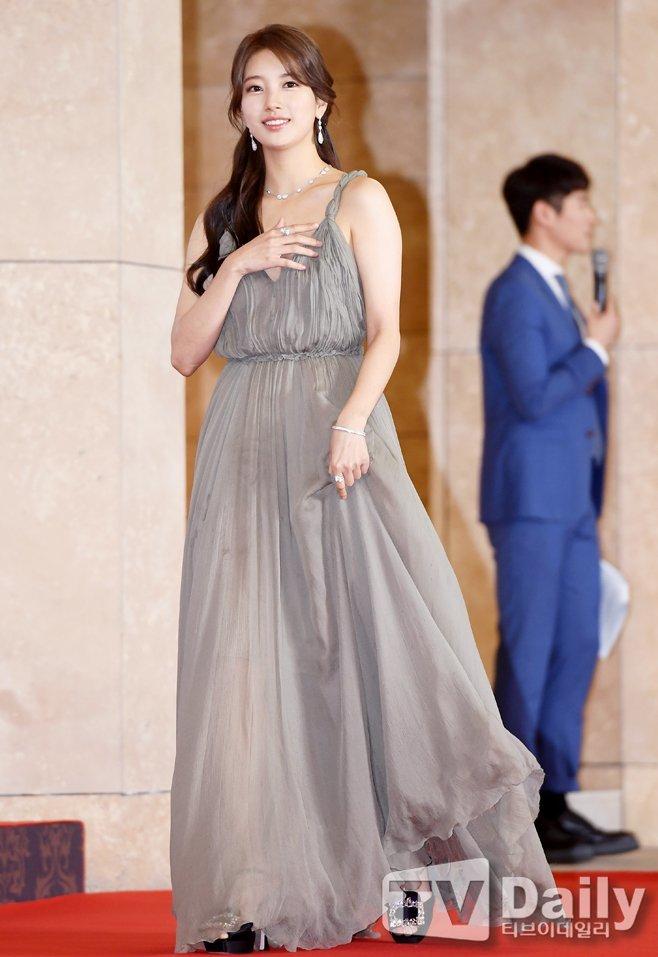 <p> Mặc dù vậy, một số fan cho rằng Suzy nên lựa chọn một chiếc váy có màu sắc tươi tắn hơn.</p>