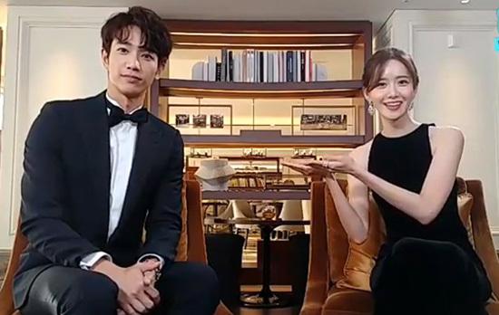 Ngày 28/11, Yoon Ah tham dự lễ trao giải AAA. Cô nàng có buổi nói chuyện với Lưu Dĩ Hào - nam diễn viên nổi tiếng của Đài Loan. Thành viên SNSD từng tiết lộ rằng muốn hợp tác với nam diễn viên trong một tác phẩm điện ảnh. Lưu Dĩ Hào đang là sao nam bảo chứng phòng vé ở Đài, bộ phim Take Me To The Moon của anh chàng cũng từng gây sốt ở thị trường Hàn Quốc.
