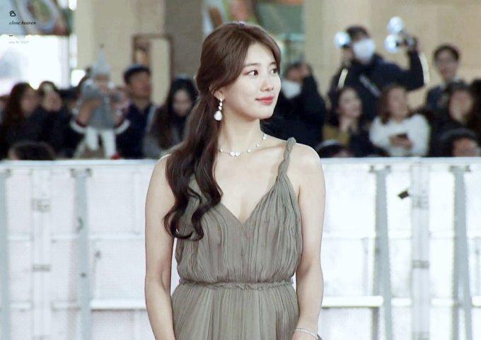 <p> Cùng xuất hiện với phong cách đơn giản nhưng Suzy trông gợi cảm hơn hẳn với chiếc váy Christian Dior xẻ ngực quyến rũ.</p>