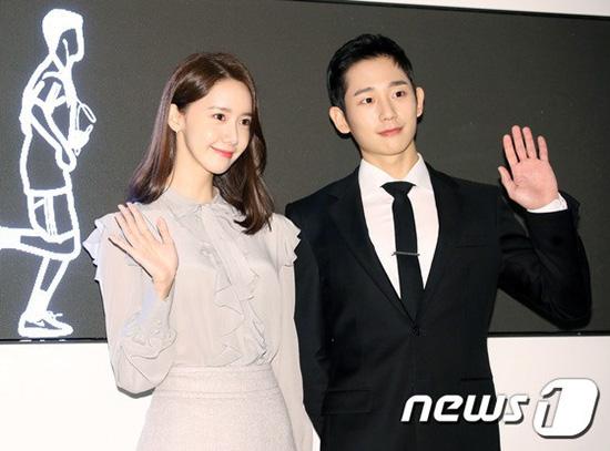 Trong sự kiện, Yoon Ah ngội cạnh Jung Hae In. Các fan hi vọng thấy hai ngôi sao cơ màn tương tác đáng yêu như trong sự kiện hồi đầu tháng 11. Yoon Ah và Jung Hae In trở thành ại sứ toàn cầu cho thương hiệu Hyundai Duty Free.